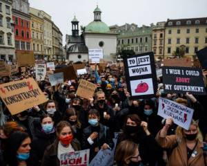 Polish government must stop violent crackdowns on protesters